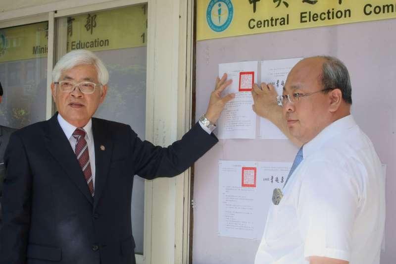 中選會主委李進勇(左)張貼第15任正副總統選舉公告,宣告大選正式開跑。(柯承惠攝)
