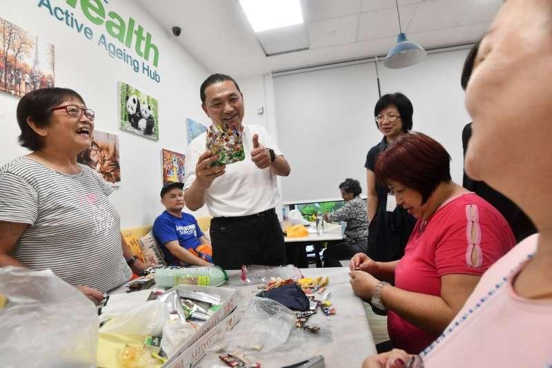 新北市長侯友宜18日抵達新加坡前往榮獲2018 WAF世界建築獎的Kampung Admiralty(海軍部村落),觀摩高齡社區的營運模式及建築設計並與長輩熱情互動。  (圖/新北市新聞局提供)