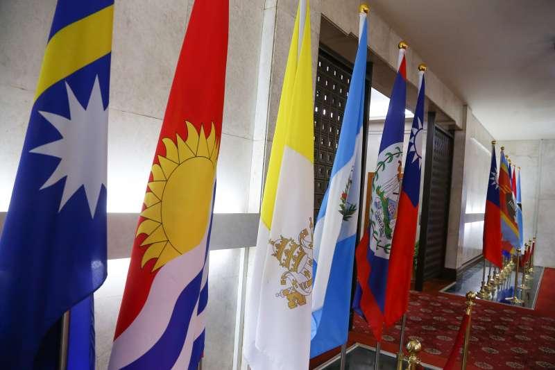 20190920-吉里巴斯國旗(左二)。(顏麟宇攝)
