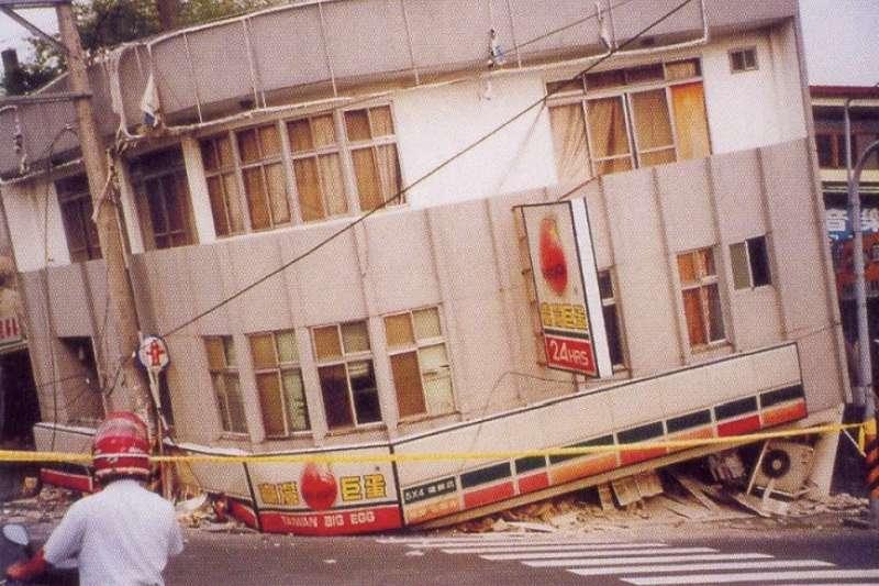 921大地震20週年,作者提出,某些老舊建物可能並不適用「趴下、掩護、穩住」的保命三原則。(作者提供)