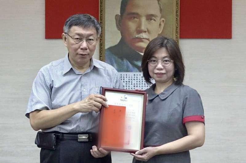 台北市長柯文哲在今日治安會報中頒發感謝狀表揚攔阻詐騙有功人員義行。(台北市警察局提供)