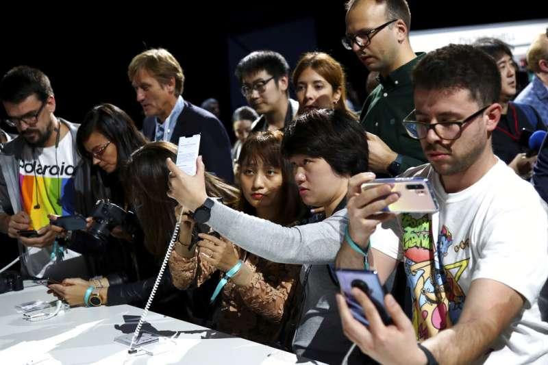 中國新法上路,所有手機用戶在註冊手機服務時必須進行面部掃描。圖為華為發表5G新機Mate 30。(資料照,美聯社)