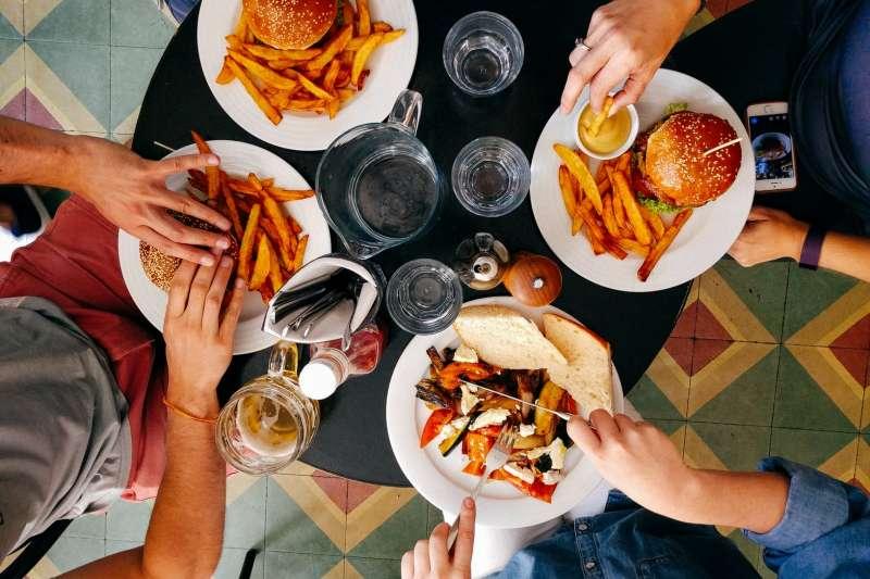 斷食法標榜不須經常忌口,但務必要在限定時間內吃完1日份量的餐點(圖/Unsplash)