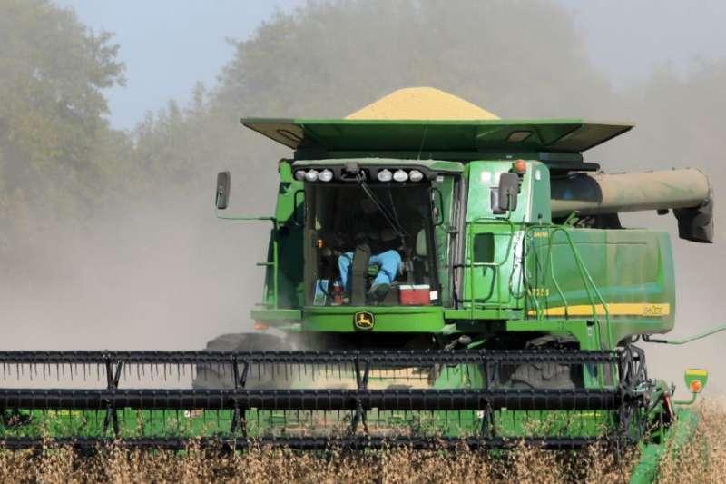 美國內布拉斯加州的農民收割大豆。(美聯社)