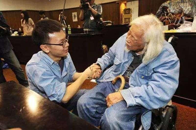 總統府資政、台獨革命家史明(右)20日深夜辭世,民進黨副秘書長林飛帆(左)在臉書上傳和他的合照,表示「謝謝歐吉桑一直以來的鼓勵!」(取自林飛帆臉書)
