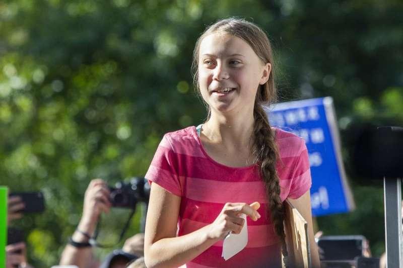 瑞典氣候少女桑伯格在峰會前於紐約的「全球氣候遊行」活動中發表短講。(美聯社)