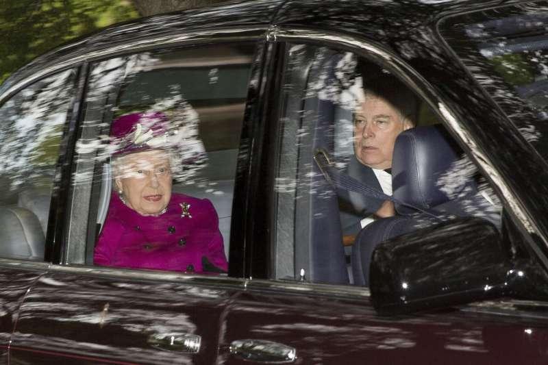 艾普斯坦性醜聞:英國安德魯王子被控參與其中,圖為他與母親英國女王共乘車(AP)
