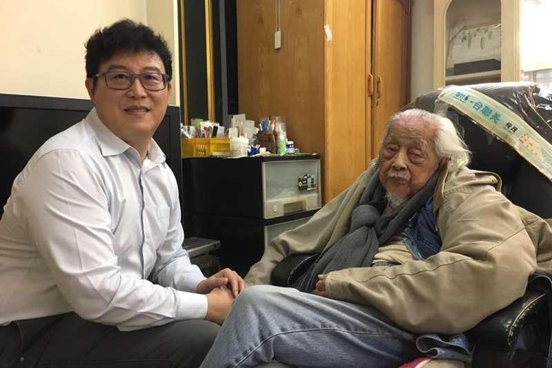 前民進黨立委姚文智po出與總統府資政史明生前的合照。(取自姚文智臉書)