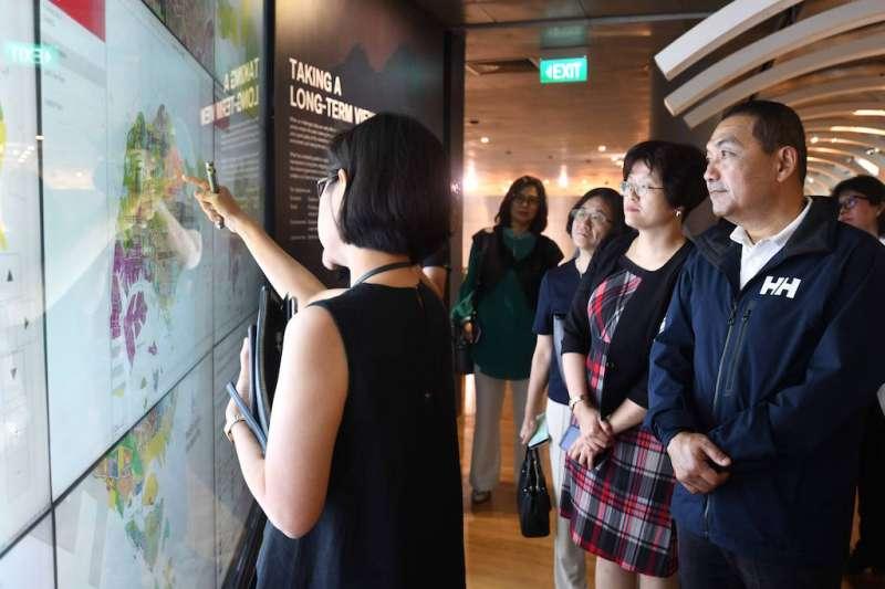 新北市長侯友宜參觀新加坡城市展覽館。(圖/新北市新聞局提供)