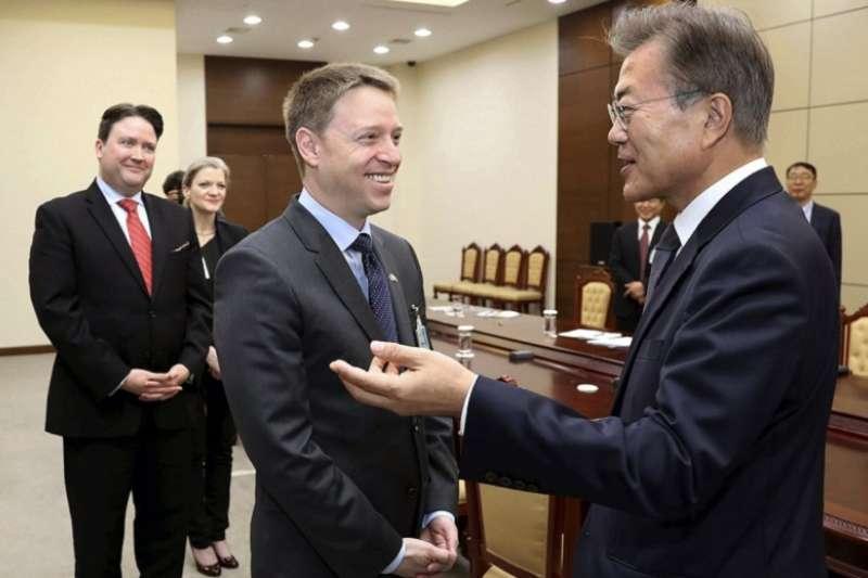 原白宮國安會亞太事務資深主任博明(前左)將擔任副國安顧問,博明担任駐北京期間記者,曾被中國秘密警察襲擊。圖為博明2017年5月與南韓總統文在寅會晤。(美聯社)