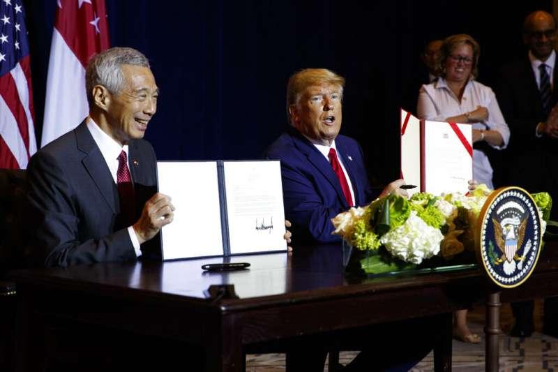 美國總統川普與新加坡總理李顯龍。(美聯社)