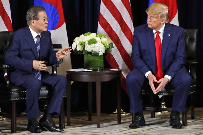 在美國壓力下韓國放棄開發中國家地位,圖為美國總統川普與南韓總統文在寅。(資料照片,美聯社)