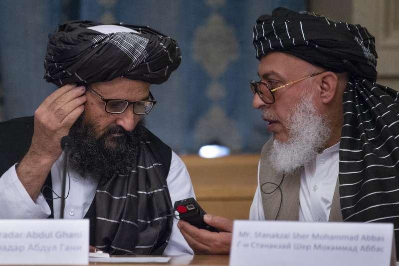 阿富汗神學士(又稱塔利班)政治領袖巴拉達(左)與首席談判代表史坦尼札伊(Sher Mohammad Abbas Stanikzai)(AP)