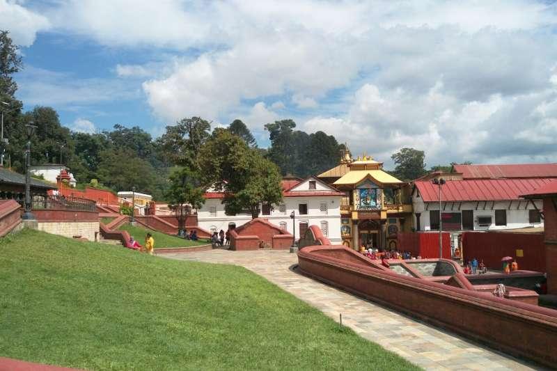 帕蘇帕提那神廟,紅屋簷綠草地,很協調很美。(圖/謝幸吟提供)