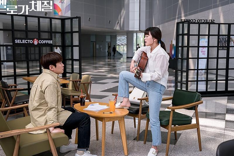 《浪漫的體質》劇中女主角為了報復男主角,憑空拿出吉他唱歌(圖/JTBC)