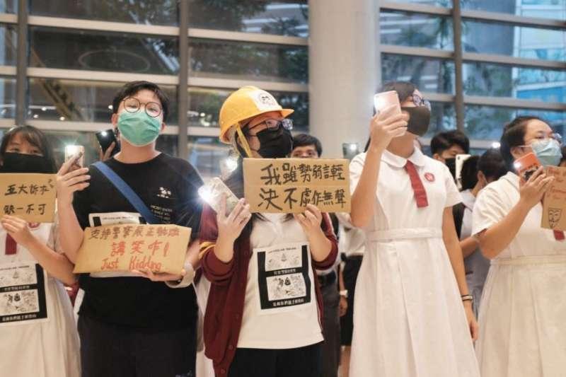 9月23日香港黃大仙區的一班中學生在某商場舉行集會抗議警方暴力。(美國之音)