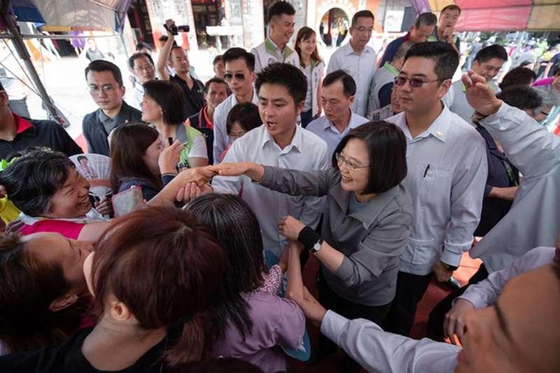 總統蔡英文前往高雄參拜「鳳屏宮」,並與民眾握手致意。(總統府提供)