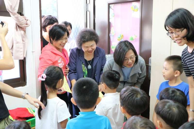 總統蔡英文(右二)在訪視新民非營利幼兒園的同時,劉世芳(左一)針對托育問題向總統請益。(圖/徐炳文攝)