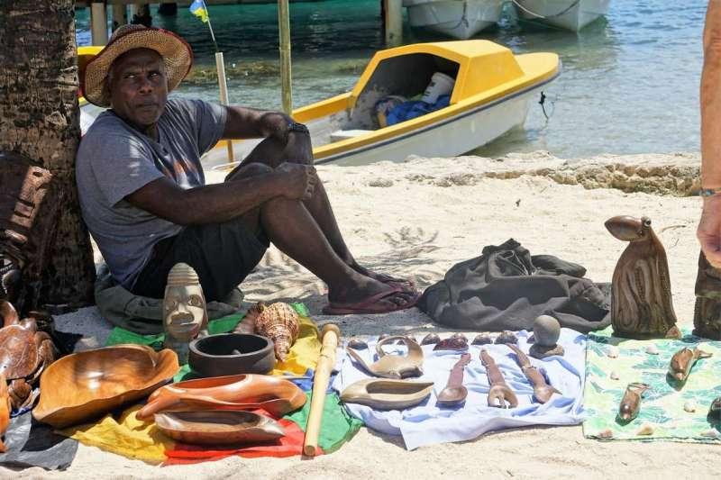 索國人民販賣手工藝品維持生計。(圖/老黑)