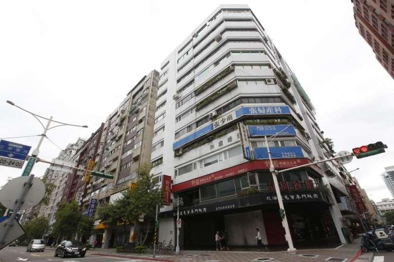 國壽施工,大樓其他住戶擔心房價會因開設診所下跌而積極串連抵制。(郭晉瑋攝)
