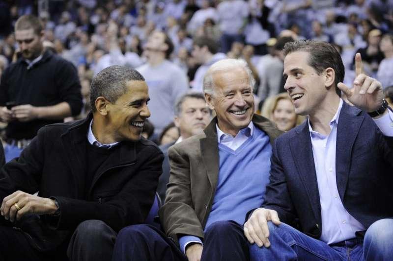2010年1月,美國時任總統歐巴馬(左)、時任副總統拜登(中)、拜登次子杭特(右)(美聯社)