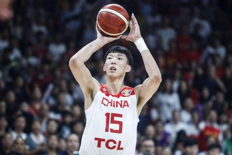在CBA擁有2000萬人民幣身價的周琦,在NBA的薪資卻連一半都不到,這樣的價碼無法吸引中國一線好手前往海外打球。 (圖片取自FIBA官網)