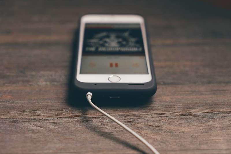 蘋果、三星、華碩為台灣市佔前三大的手機品牌,但蘋果、三星都已經落實減用PVC的承諾,華碩卻「已讀不回」。(圖/unsplash)