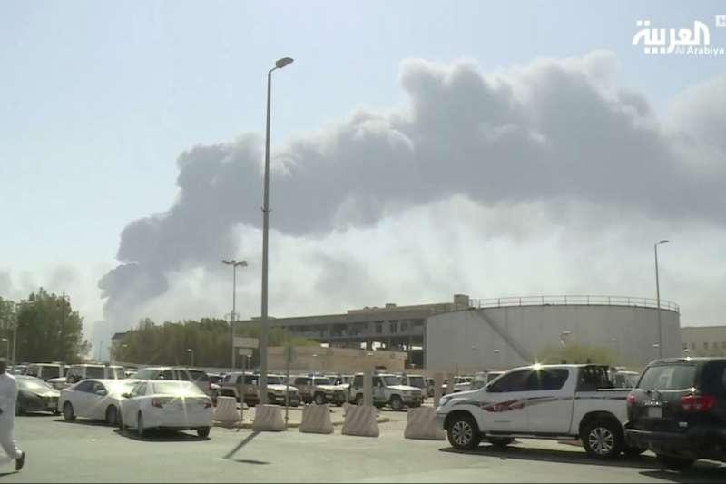 沙烏地阿拉伯位於阿布蓋格(Abqaig)煉油設施914遭無人機攻擊,至今餘波盪漾。(圖/美聯社)