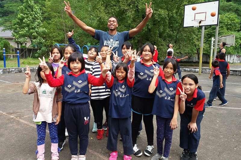外籍球員和水源國小的同學們一起享受籃球。(觀護盃提供)