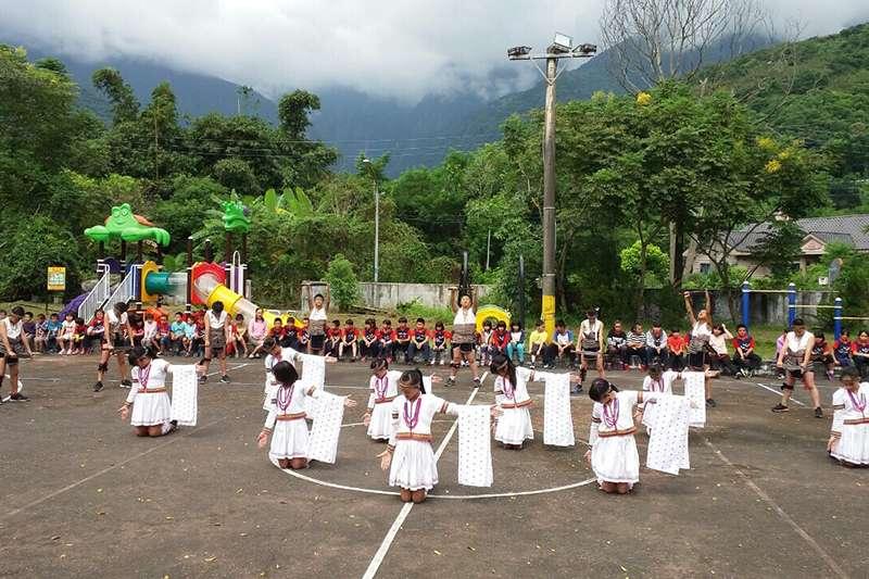水源國小舞蹈隊表演太魯閣族傳統舞蹈「Hakaw Utux 生命靈橋」。(觀護盃提供)