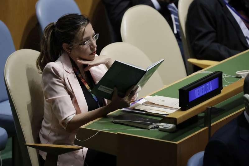2019年9月24日,第74屆聯合國大會在紐約聯合國總部登場,一名委內瑞拉代表團成員在美國總統川普發表演說拿出書籍閱讀。(AP)