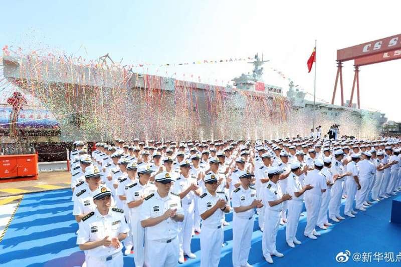 中共首艘075型兩棲攻擊艦舉行下水儀式,將有助提升共軍登陸作戰能力。(取自微博)