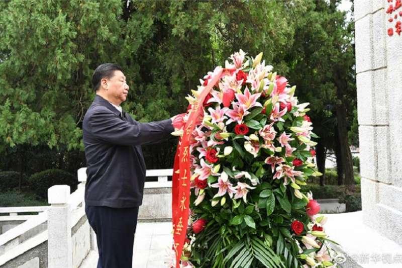 習近平考察鄂豫皖蘇區首府烈士陵園和革命博物館。 (新華社)