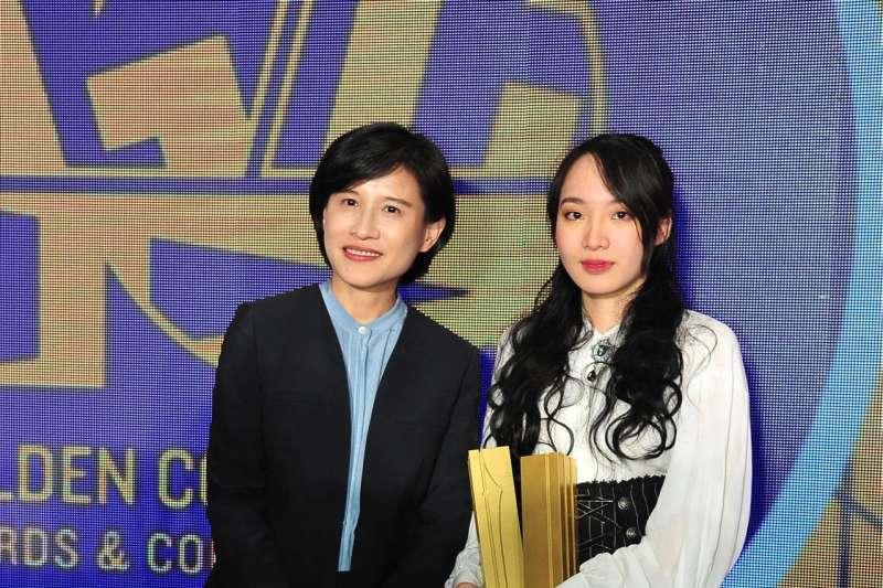第十屆金漫獎,文化部長鄭麗君與年度大獎得獎者「星期一回收日」合照。(文化部提供)
