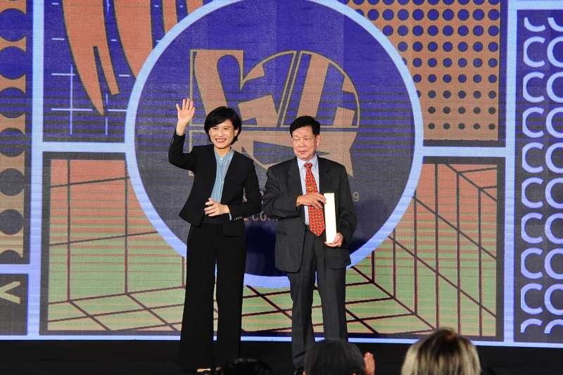 第十屆金漫獎頒獎,文化部長鄭麗君(左)與特別貢獻獎得主游龍輝(右)合影。(文化部提供)