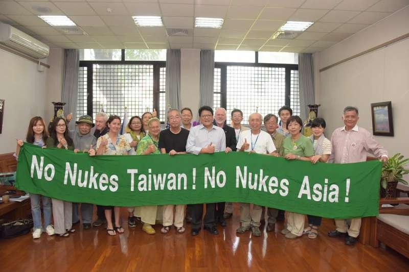 屏東縣政府在屏東辦理「廢核.再生」的活動計畫,安排英國、澳洲、菲律賓、印度、美國及日本等國際外賓參訪。(圖/屏東縣政府提供)