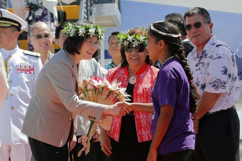 圖為2017年蔡英文總統訪問邦交國馬紹爾群島,獲馬紹爾總統海妮(中)熱烈歡迎。(AP)