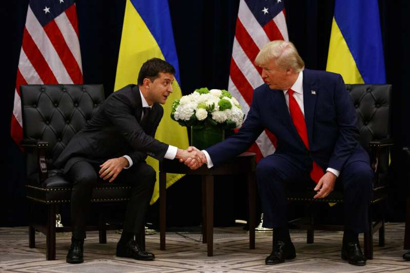 烏克蘭總統哲連斯基25日與美國總統川普在聯合國大會場邊會晤。(AP)