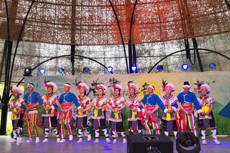 修平科大「馬拉桑社」參與花博-原生秘境區的原住民歌舞演出。(圖/記者王秀禾攝)