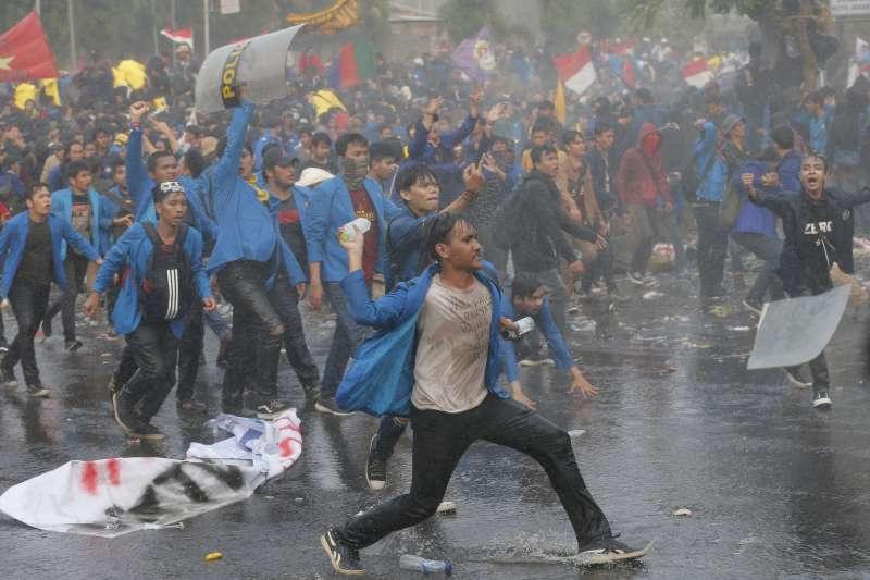 印尼雅加達數以萬計的學生、青年人走上街頭,向政府抗議不合理的刑法修正草案。(美聯社)