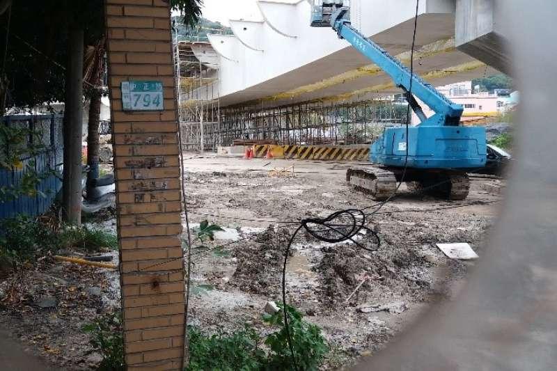 樂生舊大門殘骸(門柱已於今年四月遭捷運局無預警拆除)(作者提供)