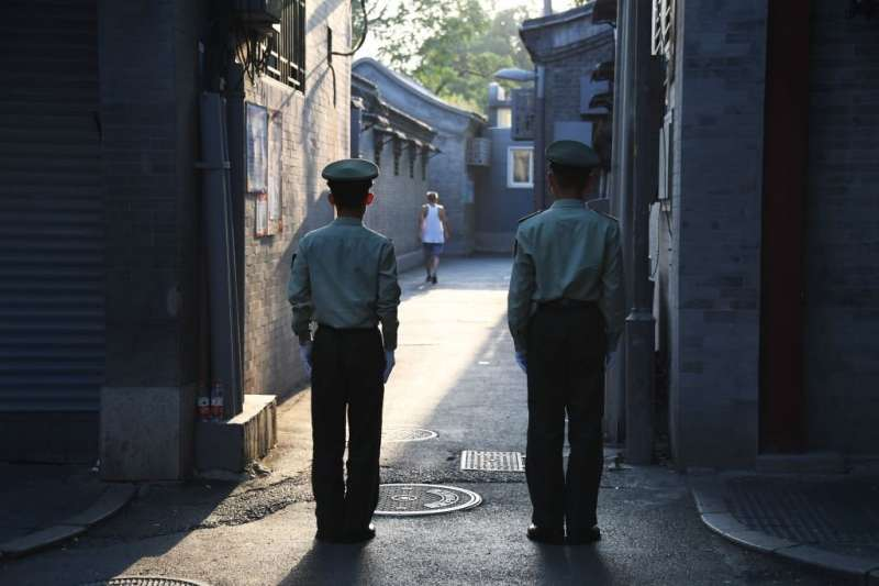 在北京的核心地帶,兩名警衛正在一條胡同內執勤。(BBC中文網)