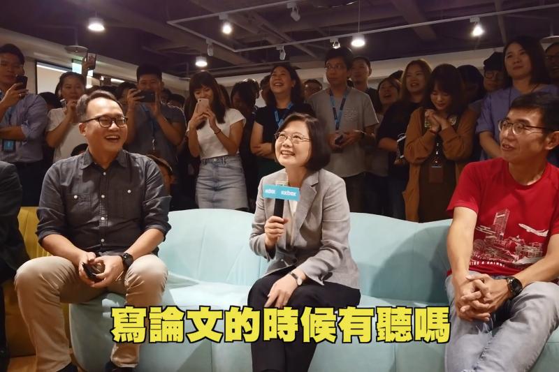 20190926-總統蔡英文25日下午前往在台灣擁有15年歷史的台灣音樂串流平台KKBOX進行產業參訪,關心台灣的流行音樂產業。(取自蔡英文臉書影片截圖)