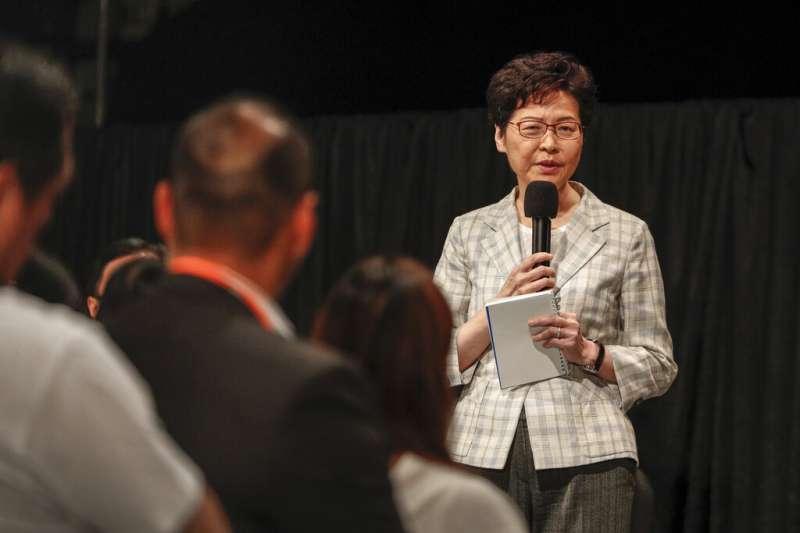 2019年9月26日晚上,香港政府在灣仔伊利沙伯體育館舉行首場社區對話。市民當面狠批林鄭月娥,要求她下台謝罪。(美聯社)