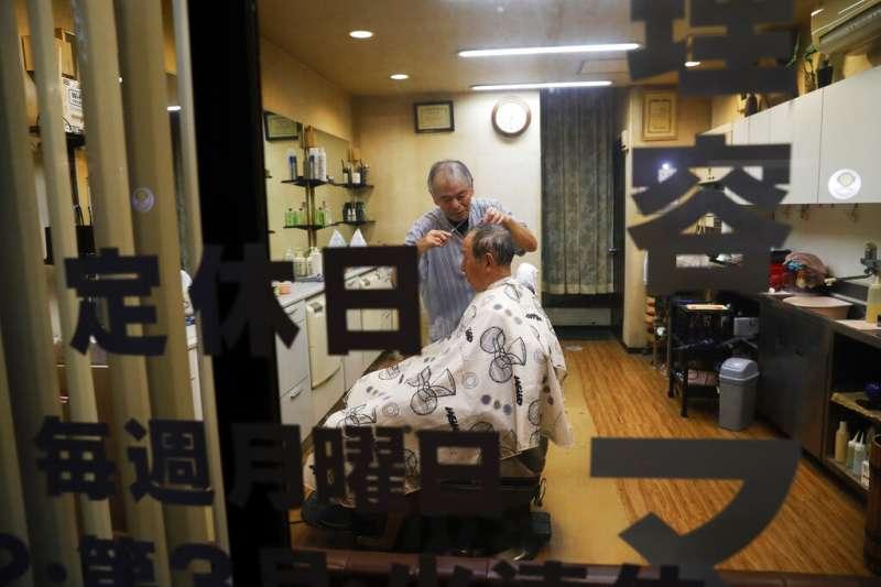 日本老人,神戶的理髮廳。(美聯社)