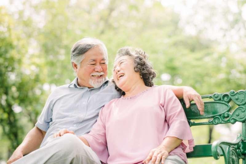 安聯人壽智聯人生(外幣)變額年金保險的身故最低保障機制最長可至90歲,提供的全委帳戶價值1.06倍為業界最高,有利保戶資產傳承規畫。