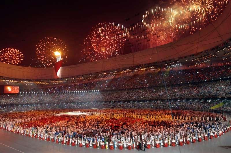 2008年北京奧運的開幕典禮煙火秀。中國正在籌備「十一國慶」,展現建國70年來在經濟、軍事等發展方向的繁榮。(AP)