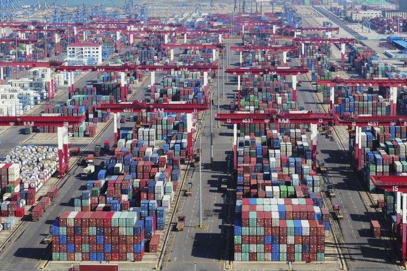 CPTPP被視為最高標準的自由貿易區域協定,未來將由中國主導?圖為位於青島港口的大量貨櫃。(AP)