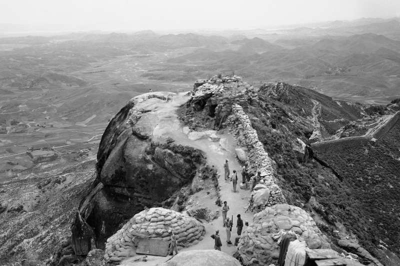 1950年從南韓眺望38度線,當時美中分別支持南北韓戰爭。中國正在籌備「十一國慶」,展現70年來在經濟、軍事等發展方向的繁榮。(AP)