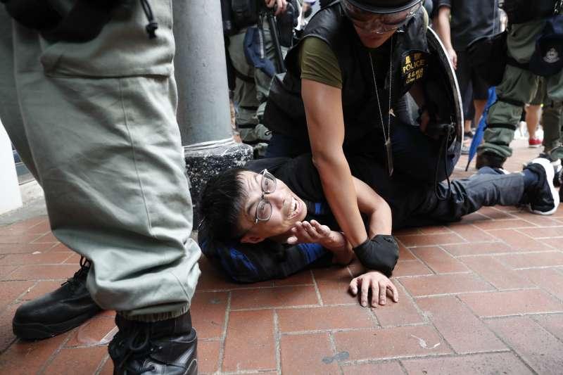 2019年9月29日,香港反送中,「全球連線、共抗極權」大遊行,示威者遭警方逮捕(AP)